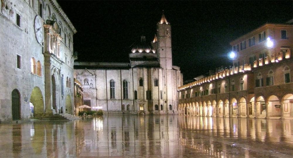 piazza-del-popolo-ascoli-piceno-night-agriceraunavolta